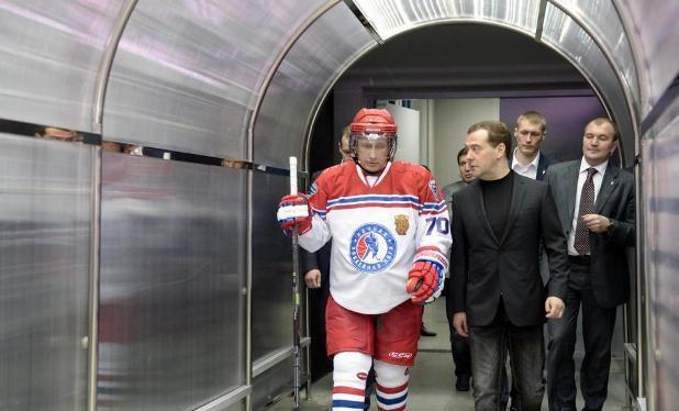 Điều đặc biệt là Thủ tướng Dmitry Medvedev cũng tham gia sự kiện thể thao này với tư cách cổ động viên. Ảnh: Rianovosti