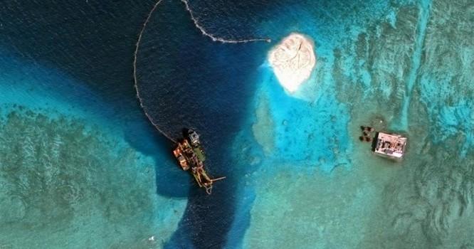 Ảnh vệ tinh công bố vào tháng 4/2015 cho thấy các hoạt động bồi đắp và cải tạo các bãi đá ngầm trong quần đảo Trường Sa ở Biển Đông. Ảnh REUTERS/CSIS's Asia Maritime Transparency