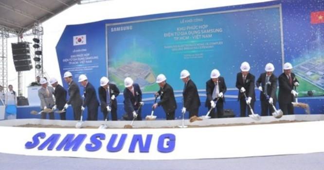 Các đại biểu thực hiện nghi thức khởi công khu phức hợp điện tử gia dụng Samsung tại Khu Công nghệ cao, Quận 9, TPHCM. Nguồn: hochiminhcity.gov.vn.