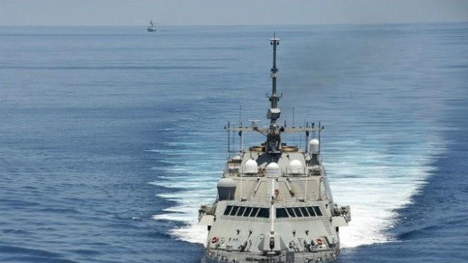 Tàu chiến USS Fort Worth tuần tra thường kỳ trên vùng biển quốc tế gần quần đảo Trường Sa của Việt Nam trên biển Đông ngày 11-5-2015. Phía sau là tàu khu trục tên lửa dẫn đường Yancheng (FFG 546) của hải quân Trung Quốc đeo bám - Ảnh: US Navy