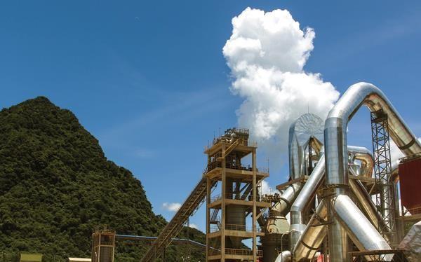 Nhà máy Xi măng Sông Gianh (Cosevco) là một trong ít nhà máy duy trì công suất hoạt động bình quân 100%