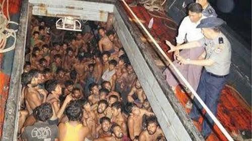 Thuyền chở người di cư trôi giạt trên vịnh Bengal được hải quân Myanmar phát hiện. Ảnh: BBC