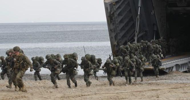 Binh sĩ Thủy Quân Lục Chiến Hoa Kỳ trong một cuộc tập trận đổ bộ trên bờ biển Pohang. Ảnh Reuters