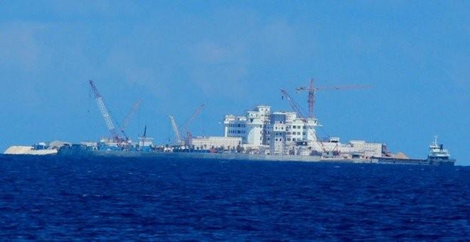 Toàn cảnh công trình xây dựng với khối nhà 9 tầng trên đảo Huy Gơ (còn gọi là đá Tư Nghĩa, thuộc quần đảo Trường Sa, Việt Nam) bị Trung Quốc chiếm đóng và xây dựng trái phép - Ảnh: Viễn Sự
