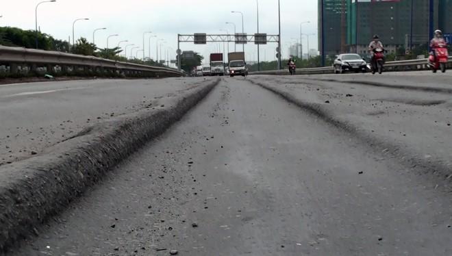 """Mặt đường Mai Chí Thọ (đoạn giáp cầu vượt Cát Lái) đang bị lún nghiêm trọng, tạo thành những đường rãnh kéo dài, sâu 10-15 cm. Người dân gọi đây là """"ruộng bậc thang"""" trên đại lộ được cho là hiện đại nhất TP HCM."""