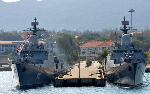 Chiến hạm Đinh Tiên Hoàng (phải) và Lý Thái Tổ (trái), lớp tàu hộ tống tên lửa Gepard 3.9 do Nga đóng, neo đậu trong Vịnh Cam Ranh, vịnh chiến lược ở Biển Đông và Thái Bình Dương - Ảnh: Mai Thanh Hải
