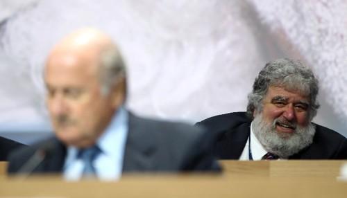 Ông Chuck Blazer ở phía sau chủ tịch FIFA Joseph Blatter trong một cuộc họp tại Thụy Sĩ năm 2011.