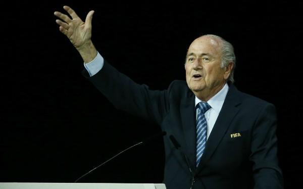 Chủ tịch FIFA chịu nhiều áp lực trong hai ngày qua vì bê bối tham nhũng. Ảnh: Reuters.