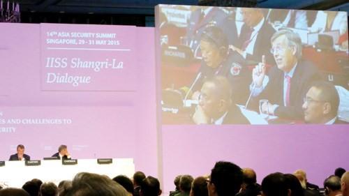 Giáo sư Francois Heisbourg, cố vấn đặc biệt của Quỹ nghiên cứu chiến lược (Pháp), chất vấn ông Ashton Carter - Ảnh: Thục Minh