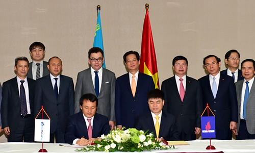 Thủ tướng Nguyễn Tấn Dũng chứng kiến lễ ký thoả thuận hợp tác về thăm dò khai thác và cung cấp dịch vụ dầu khí tại Kazakhstan ngày 30/5.