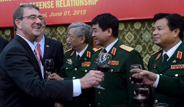 Bộ trưởng Quốc phòng Mỹ Carter và các tướng lĩnh quân đội Việt Nam sau lễ ký Tuyên bố tầm nhìn chung quốc phòng Việt - Mỹ sáng nay.
