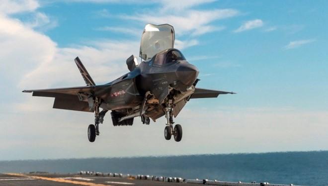 F-35 cất cánh từ tàu đổ bộ tấn công của Mỹ