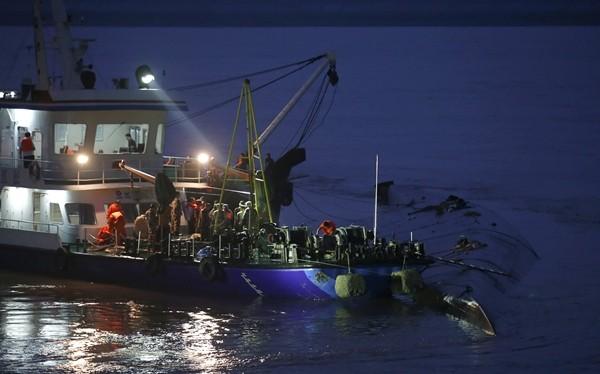 Tàu và nhân viên cứu hộ hoạt động ở nơi tàu Ngôi sao phương Đông chìm. Ảnh: Reuters.