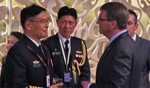 Đô đốc Tôn Kiến Quốc (trái) và Bộ trưởng Quốc phòng Mỹ Ashton Carter (phải) tại Đối thoại Shangri-La cuối tuần qua. Ảnh: WSJ