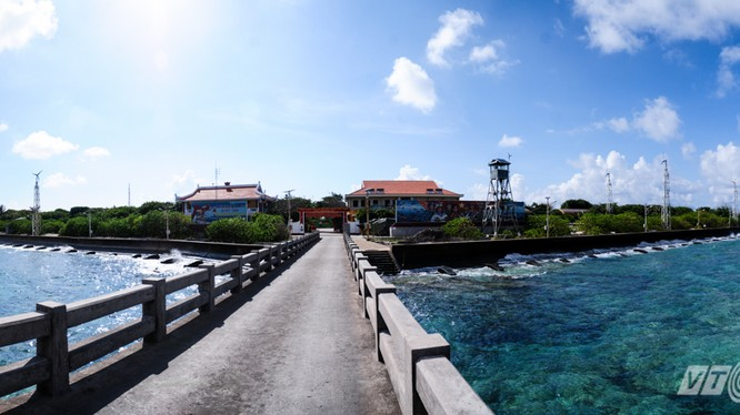Toàn cảnh đảo Trường Sa lớn nhìn từ cầu tàu - Ảnh: Tùng Đinh
