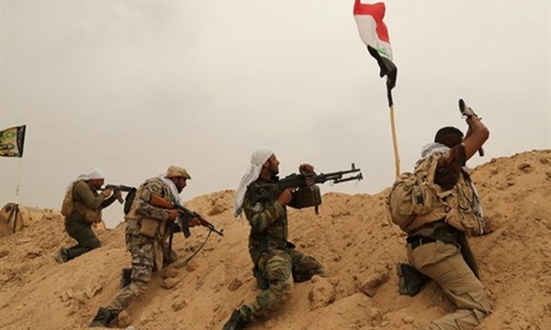 Những chiến binh thuộc lực lượng dân quân người Shiite hôm 1/6 chạm trán với các tay súng IS ở ngoại ô thành phố Fallujah, tỉnh Anbar, Iraq. Ảnh: AP