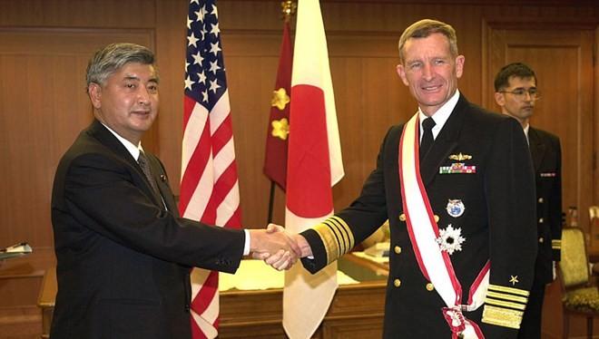 Đô đốc Dennis Blair (phải) trong một buổi lễ hồi năm 2005. (Ảnh: wikipedia.org)