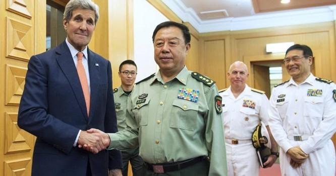 Tướng Phạm Trường Long, Phó chủ tịch quân ủy Trung ương Trung Quốc ( phải) và Ngoại trưởng Mỹ John Kerrey tại Bắc Kinh ngày 16/5/2015 - REUTERS/Saul Loeb/Pool.