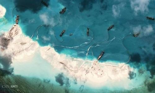 Các tàu hút đang chuyển cát ở mép phía bắc đá Vành Khăn, một khu vực đang bị Trung Quốc cải tạo trên Biển Đông. Ảnh vệ tinh chụp ngày 1/2. Ảnh: CSIS/AMTI.