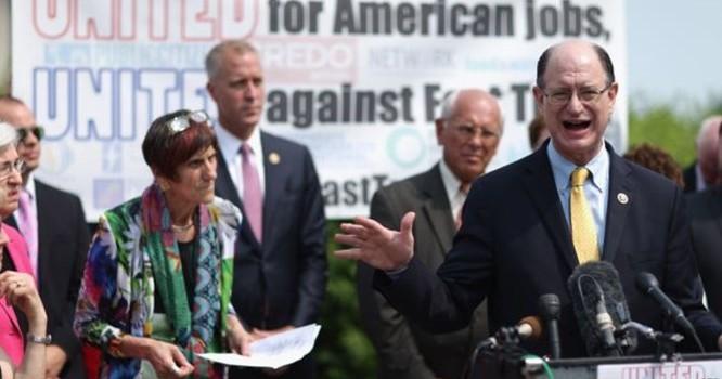 Dân biểu Mỹ Brad Sherman và các thành viên Quốc hội thuộc đảng Dân chủ tổ chức họp báo để phản đối thỏa thuận thương mại TPP. Ảnh AFP