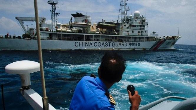 Tàu cảnh sát biển Trung Quốc tiến gần một tàu Malaysia trên biển Đông - Ảnh: Getty Images