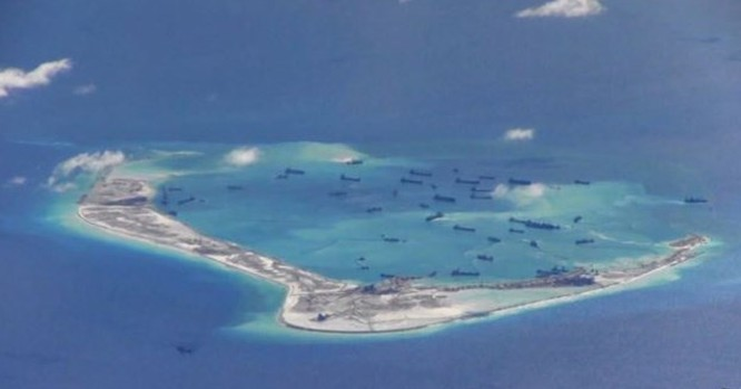 Hình ảnh vệ tinh ngày 10 tháng 6, cho thấy một hạm đội tàu nạo vét của Trung Quốc đã chuyển trọng tâm công tác cải tạo từ vành ngoài của những bãi đá hình vòng vào những 'lỗ' bên trong. Ảnh Reuters