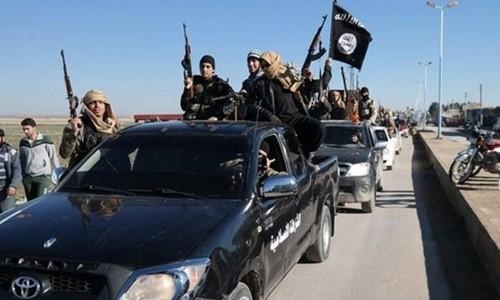Các tay súng Nhà nước Hồi giáo diễu hành trên đường phố. Ảnh: AP