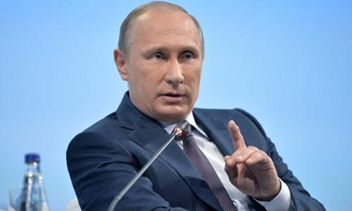 Tổng thống Nga Vladimir Putin hôm qua thảo luận tại Diễn đàn Kinh tế Thế giới St. Petersburg. Ảnh: Ria Novosti