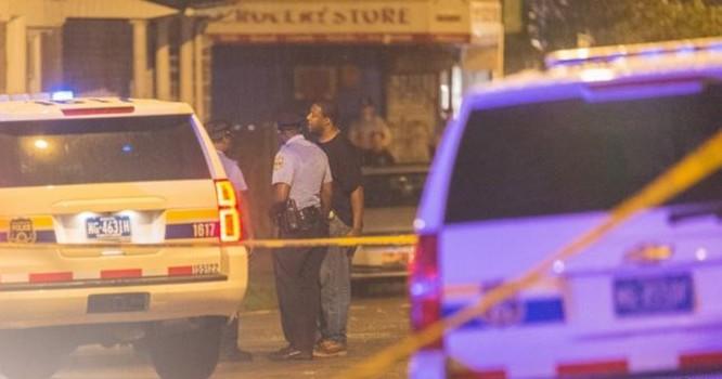 Cảnh sát điều tra tại hiện trường vụ nổ súng ở Philadelphia.