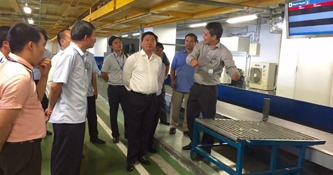 Bộ trưởng Đinh La Thăng cùng đoàn công tác kiểm tra quy trình vận chuyển hành lý. (Ảnh: mt.gov.vn)
