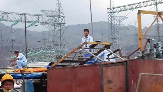 Lao động Trung Quốc làm việc tại Trung tâm điện lực Vĩnh Tân - Ảnh: NG.NAM