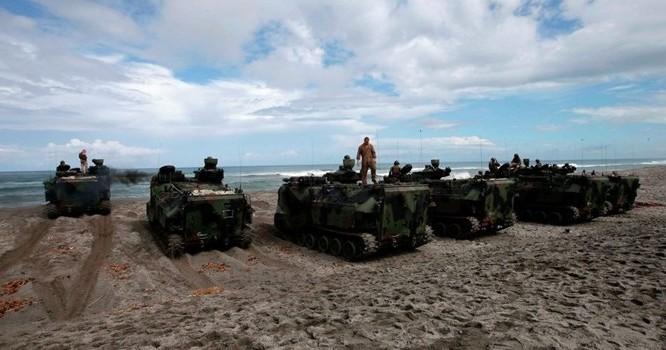 Lính Mỹ trong cuộc tập trận CARAT ở Biển Đông. Ảnh AP Photo/ Bullit Marquez