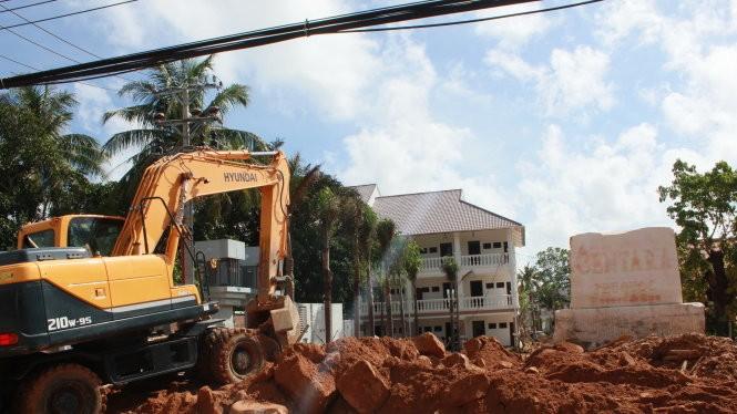 Công trường xây dựng mọc lên khắp nơi trên đảo Phú Quốc - Ảnh: Đình Dân