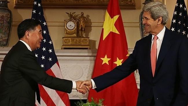Các nhà chính trị ngoại giao Mỹ - Trung Quốc tuy bắt tay nhau tại Washington nhưng chưa thể giải quyết mọi bát đồng. Ảnh: AFP