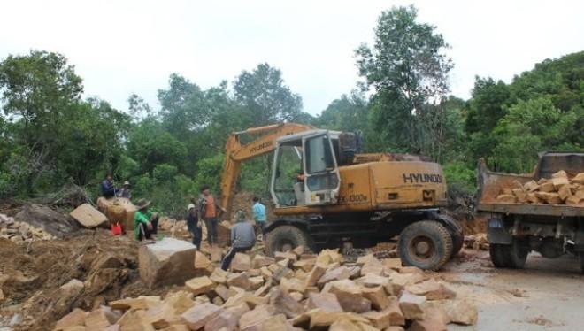 Công nhân khẩn trương xây dựng con đường xuyên qua rừng phòng hộ vào các dự án du lịch ở Bãi Sao (thị trấn An Thới)