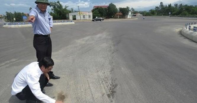 Kiểm tra mặt đường bị đổ hóa chất