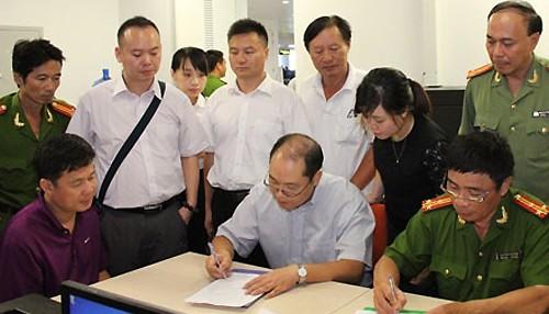 Cảnh sát Việt Nam ban giao Yin Wen Sheng (áo tím) cho Trung Quốc. Ảnh:CA TP HCM