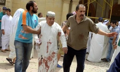 Một người đàn ông đang được đưa khỏi hiện trường sau vụ tấn công tự sát nhằm vào nhà thờ Hồi giáo ở Kuwait. Ảnh: EPA