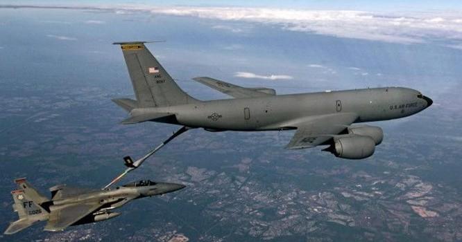 Các phi công thực hiện màn tiếp liệu trên không (Hình: USAF)