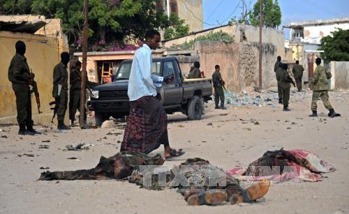 Xác phiến quân Al Shebab bị tiêu diệt trong vụ tấn công căn cứ huấn luyện NISA ở Somalia ngày 21/6. Ảnh: AFP/TTXVN