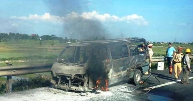 Chiếc ô tô 16 chỗ bị cháy trụi khung. (Ảnh: Nguyễn Khánh/Otofun)