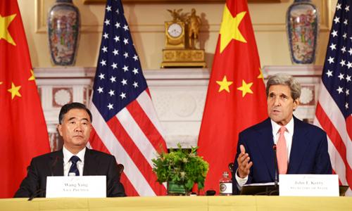 Phó thủ tướng Trung Quốc Uông Dương (trái) và Ngoại trưởng Mỹ John Kerry trong buổi họp báo chung sau khi kết thúc Đối thoại Kinh tế và Chiến lược 2015 tại thủ đô Washington. Ảnh: Xinhua.