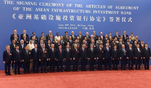 Chủ tịch Trung Quốc Tập Cận Bình (giữa, phía trước) chụp ảnh chung với các đại biểu tham dự lễ ký kết ngày 29/6. Ảnh:AFP/TTXVN