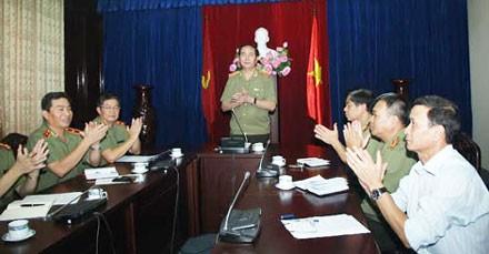 """Bộ Trưởng Bộ CA Trần Đại Quang chúc mừng ban chuyên án trong vụ bắt giữ """"cá lớn"""" Giang Kim Đạt."""