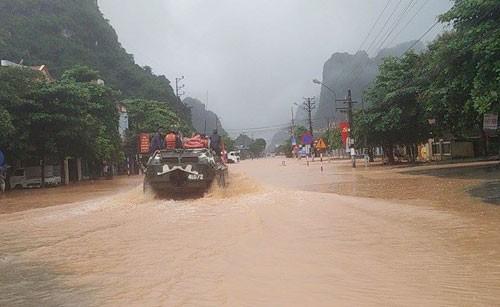 Xe quân sự của Quân khu 3 tới phường Quang Hanh, TP Cẩm Phả để đưa người dân đến nơi an toàn. Ảnh:Giang Chinh.
