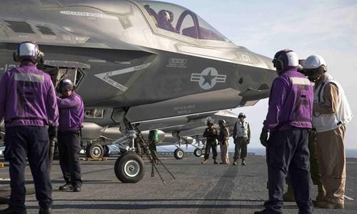 Thủy thủ và nhân viên kỹ thuật trên tàu sân bay USS Wasp tiếp nhiên liệu cho chiến đấu cơ tàng hình thế hệ thứ 5 F-35B trong một cuộc thử nghiệm hồi tháng 5. Ảnh: Reuters
