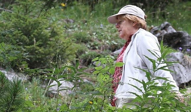 Thủ tướng Đức Angela Merkel đang đi bộ ở núi Alps - Ảnh:Daily Mail