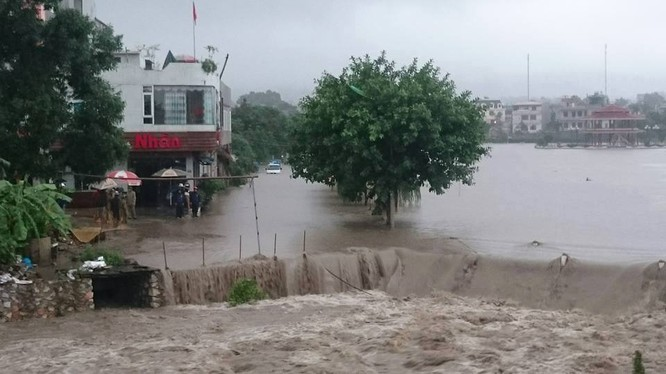 Nước ngập khu dân cư ở Uông Bí sáng 2/8 - Ảnh: Báo Quảng Ninh