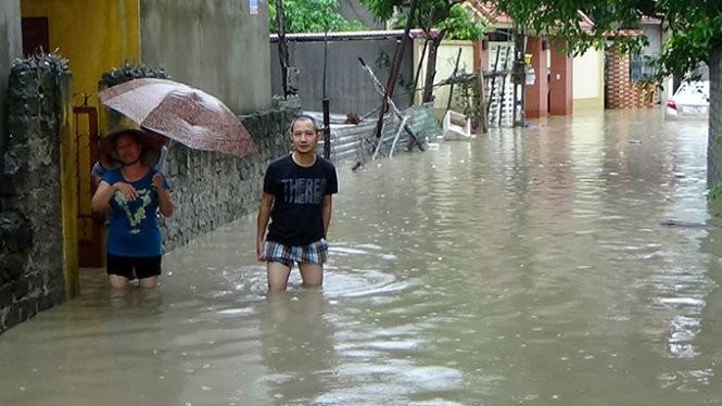 Người dân tổ 2 khu 2 phường Thanh Sơn, TP Uông Bí đi lại khó khăn do mưa lũ - Ảnh: Đức Hiếu