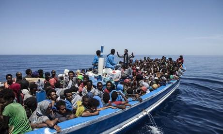 Người nhập cư lênh đênh trên biển bằng những con thuyền thiếu đảm bảo (Ảnh AFP)